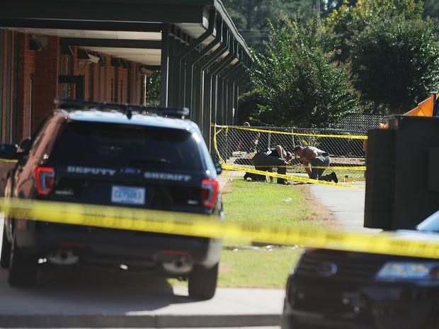 Policiais inspecionam área da Townville Elementary School em que tiros foram disparados nesta quarta-feira (28) (Foto: AP Photo/Rainier Ehrhardt)