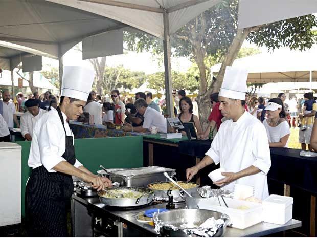 """Cozinheiros preparam pratos durante festival gastronômico """"Brasil Sabor"""" (Foto: Daniel Mira/Diivulgação)"""