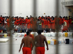 Detentos do pavilhão 10 do presídio de Feira de Santana fazem rebelião (Foto: Ed Santos/Acorda Cidade)