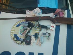 Material foi apreendido pela GCM: drogas, armas e dinheiro (Foto: Divulgação GCM Ibiúna)