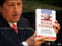 Hugo Chávez con el libro de Chomsky