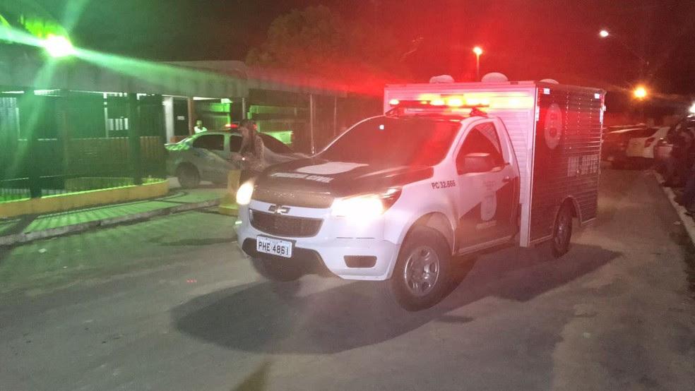 Corpos foram retirados da UPP durante a noite (Foto: Patrick Marques/G1 AM)