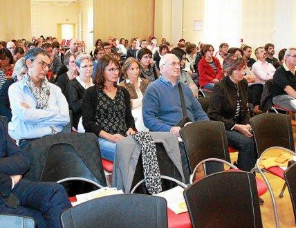 La conférence a réuni de nombreux participants.