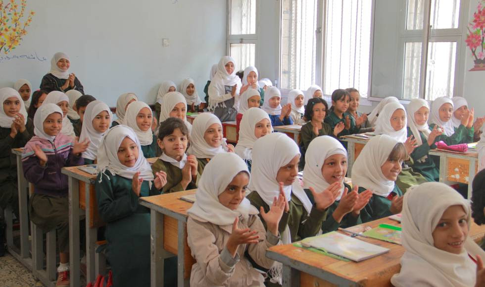Unas niñas aplauden a una compañera en una escuela de Sana'a, tras la vuelta al cole. rn
