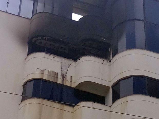 Moradores do apartamento conseguiram sair do local sem ferimentos, em Vitória da Conquista. (Foto: Marcelo Torres/ Blog do Marcelo)