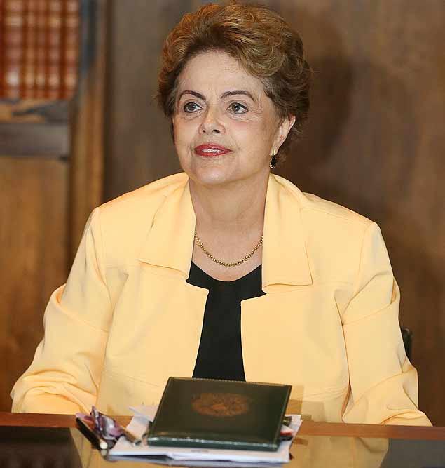 BRASÍLIA, DF, BRASIL, 14.12.2015. A presidente Dilma Rousseff recebe prefeitos que vieram entregar carta de apoio a Rousseff e contra o Impeachment. Participaram também os ministros Jaques Wagner e Ricardo Berzoini.(FOTO Alan Marques/ Folhapress) PODER