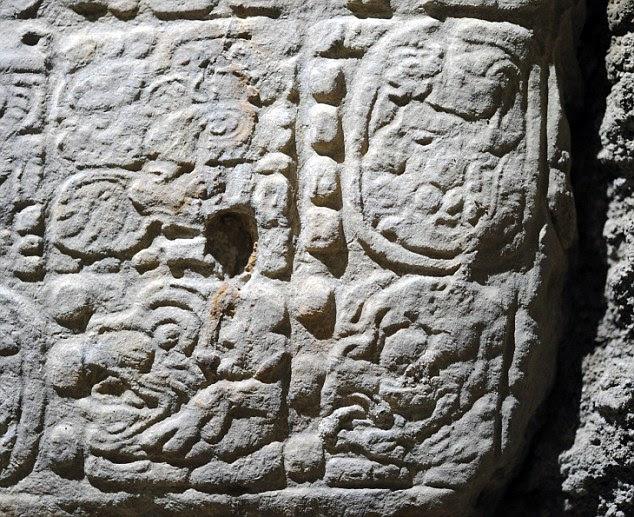 Os hieróglifos foram encontrados em blocos abandonados pelos ladrões no local da escavação La Corona