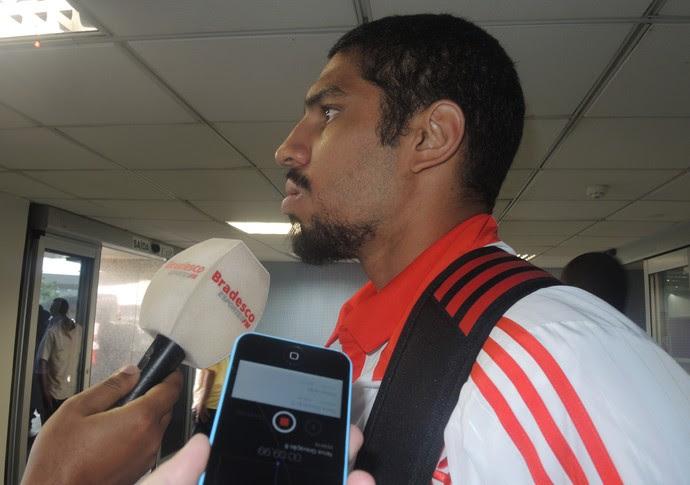 Wallace, desembarque Flamengo (Foto: Sofia Miranda)