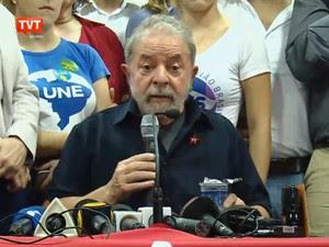 Ex-presidente Lula concede coletiva à imprensa no Diretório Nacional do PT após prestar depoimento à Polícia Federal no Aeroporto de Congonhas, em São Paulo (Foto: Reprodução GloboNews)