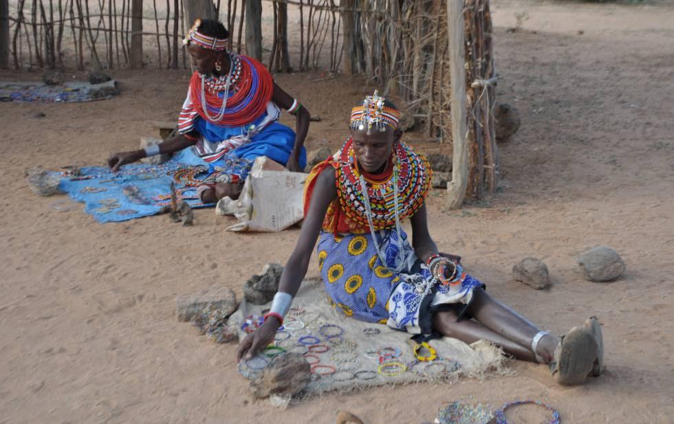 Las mujeres de esta aldea se sustentan vendiendo artesanías que fabrican ellas mismas.