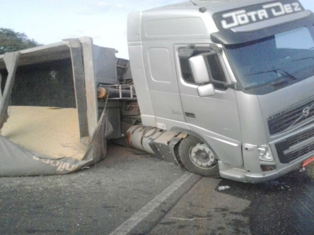 Parte da carga caiu na pista depois do acidente (Foto: Jadiel Luiz / Blog do Sigi Vilares)