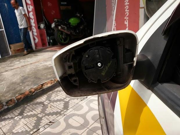 Retrovisor do carro da agente de trânsito ficou destruído (Foto: Arquivo pessoal)