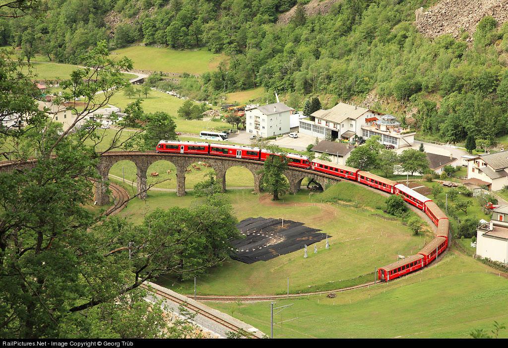 Viaduto ferroviário em espiral Brusio na Suíça 04