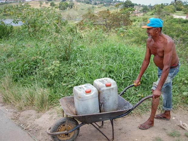 Sem abastecimento, aposentado tem que carregar água de açude para casa (Foto: Taiguara Rangel/G1)