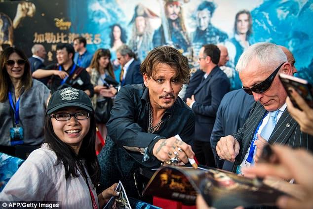 Eles voltaram!  Johnny Depp e Orlando Bloom em Pirates of the Caribbean: Os homens mortos não contam nenhuma estréia mundial de contos em Shanghai Disney Resort, na China na quinta-feira