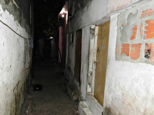 Corpo foi encontrado dentro de residência por familiares  (Foto: Adneison Severiano/G1 AM)