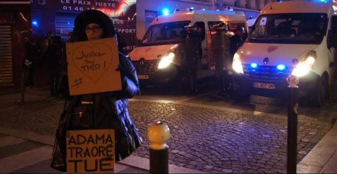 Imagen de una mujer con una pancarta en solidaridad con Théo durante una concentración en París en contra de los abusos policiales. - ENRIC BONET