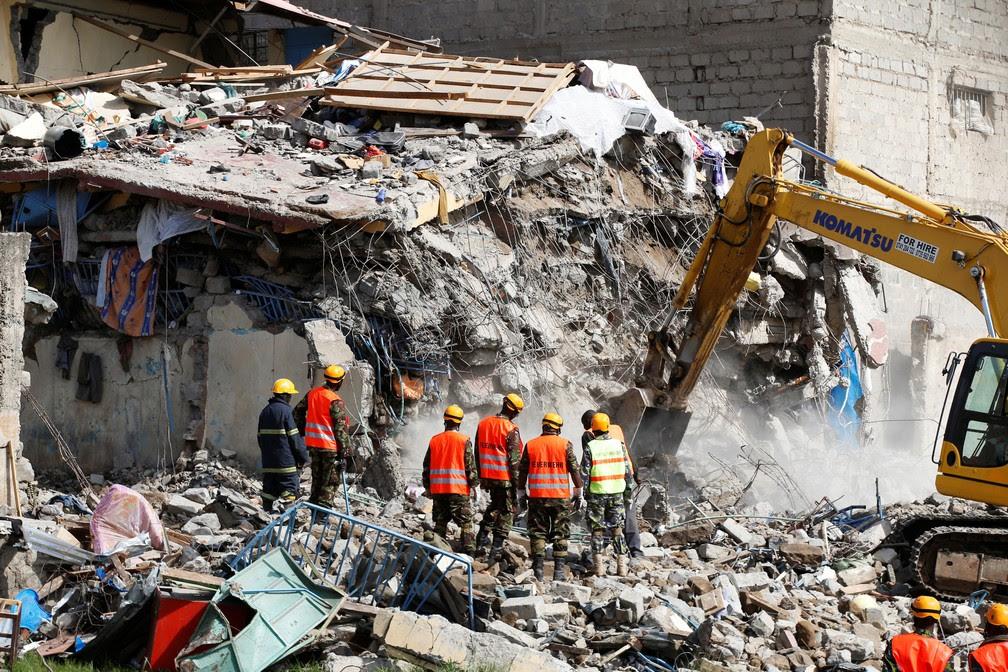 Equipes de emergência trabalham nos escombros de prédio que desmoronou na noite desta segunda (12) em Nairóbi, no Quênia (Foto:  REUTERS/Baz Ratner)