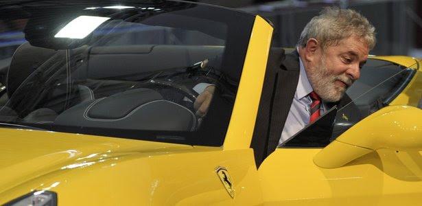 O presidente Lula testa uma Ferrari conversível no Salão do Automóvel, em São Paulo