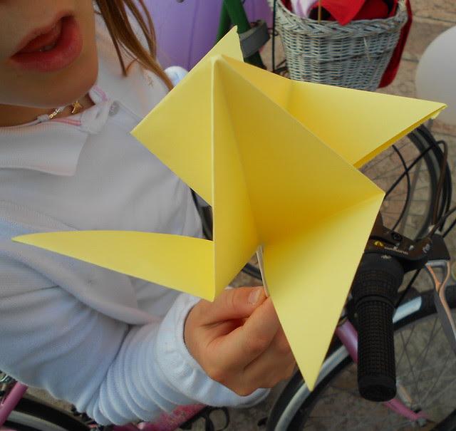 Agnese soffia una girandola origami
