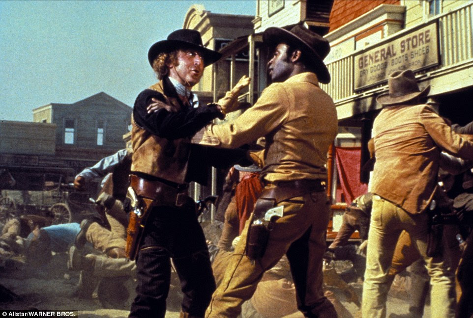 """Em Blazing Selas, um de seus filmes mais memoráveis, Wilder (à esquerda) desempenhou um pistoleiro alcoólatra em recuperação chamado Jim, o """"Waco Kid '"""
