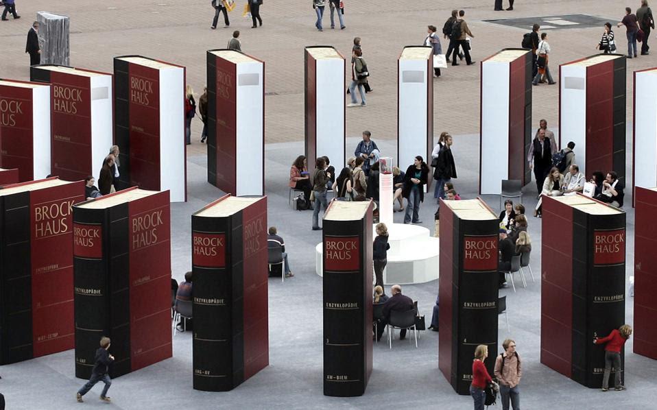 Στη Φρανκφούρτη το βιβλίο κινείται άλλοτε στους ιλιγγιώδεις ρυθμούς των νέων μέσων κι άλλοτε με τη ραθυμία και την περιέργεια του βιβλιόφιλου.