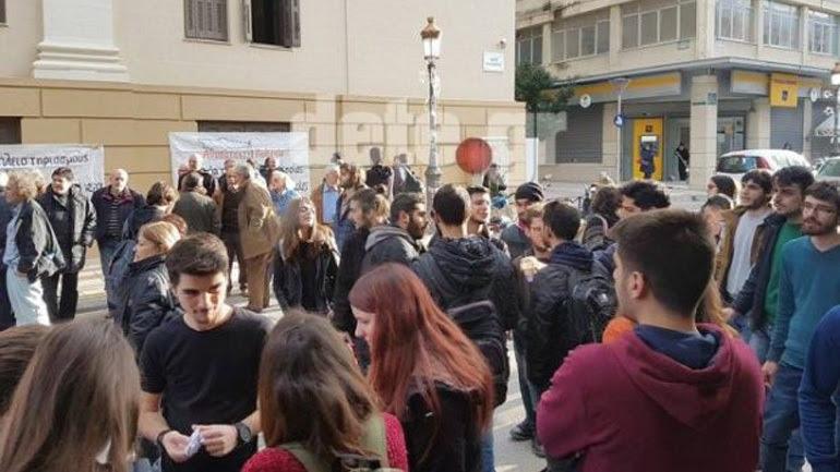 Πάτρα: Μεγάλη συγκέντρωση διαμαρτυρίας στο Ειρηνοδικείο κατά των πλειστηριασμών - Παρών και ο δήμαρχος Κ. Πελετίδης