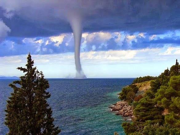 Inilah Penjelasan Ilmiah tentang Fenomena Air Laut Naik ke Langit yang Harus Kamu Tahu