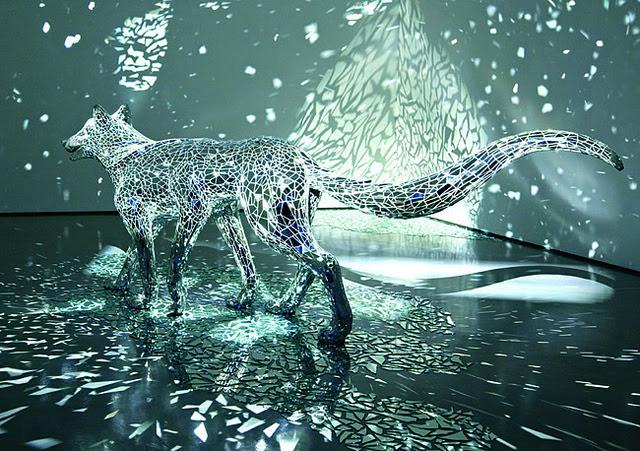 A Reflective Six Lobo Legged coberto no espelho Shards por Tomoko Konoike espelhos escultura cães