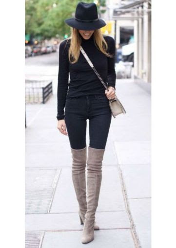 Para las amantes del negro, ¿qué tal un outfit de jeans y suéter con unas botas color arena? ¡Te estilizará muchísimo!
