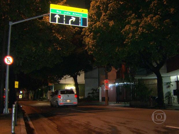 Policial civil é baleado após reagir a assalto no Humaitá, Zona Sul do Rio (Foto: Reprodução/TV Globo)