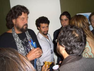 Alan Parsons recibe un Jaguar de Zitlala y una serpiente hecha por indígenas de Guerrero, México, de parte de Sergio Lugo. Auditorio Nacional México, 28 marzo 2011.