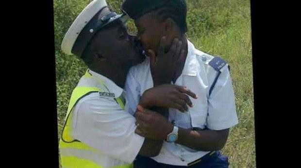 O beijo da polêmica: policiais foram demitidos após foto em que aparecem se beijando uniformizados  (Foto: BBC)