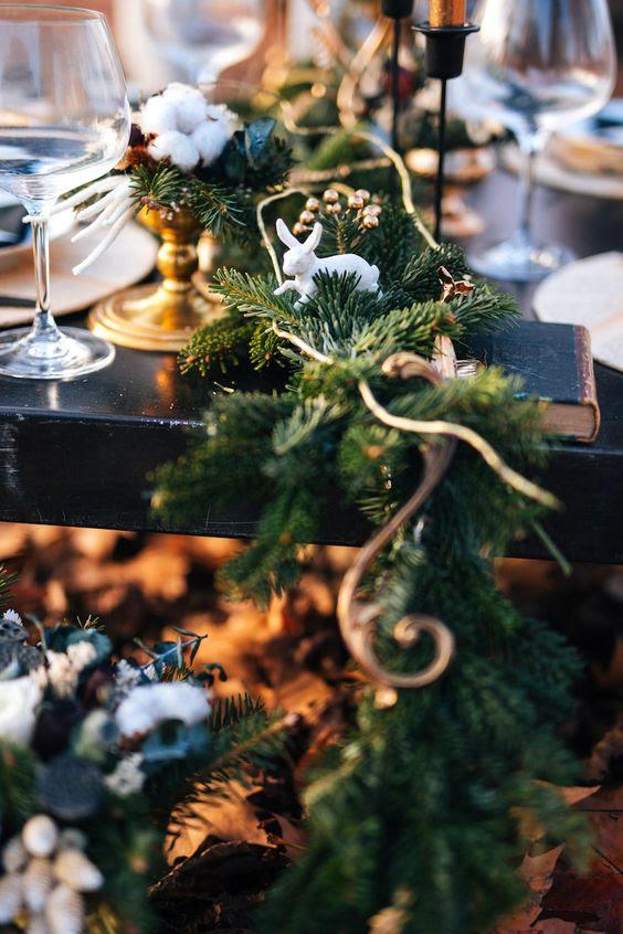 ein fir-Tisch-Läufer mit Kupfer berührt und Häschen-Figuren für ein winter-Märchen-Hochzeit
