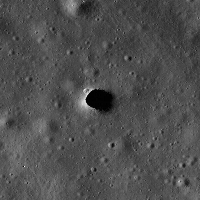 La ampliación de la fosa Marius Hills que muestra un pequeño cráter en el extremo noroeste y pequeñas piedras en el lado sur del agujero. El hoyo posee unos 65 metros de diámetro.