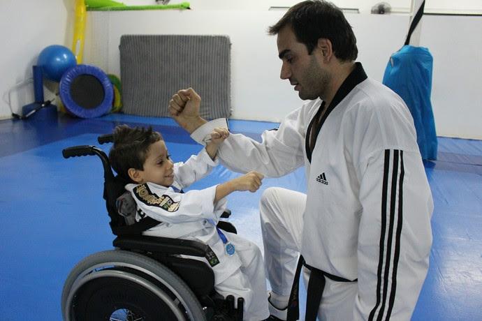 Luigi Palumbo pratica com o mestre de taekwondo, Tiago Brandão (Foto: Hélder Rafael)