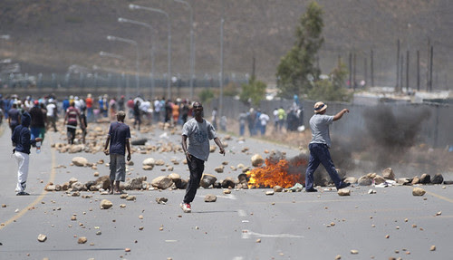 South African farm workers clash with police in the Western Cape. The workers, organized by COSATU, are demanding an increase in their minimum wage. by Pan-African News Wire File Photos