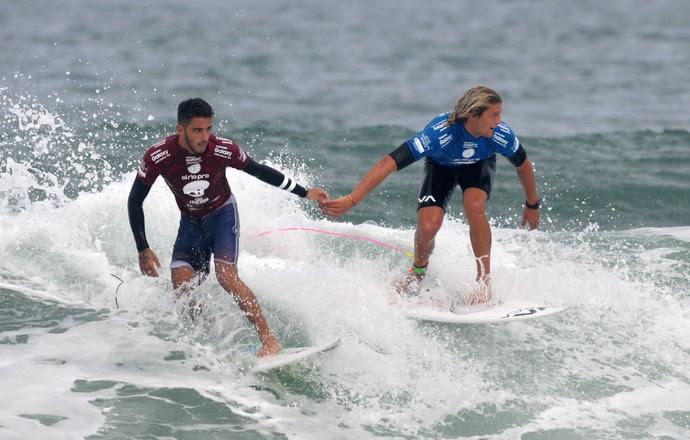 Filipinho sai do mar de mãos dadas com seu rival Ricardo Christe, um gesto bacana no surfe (Foto: André Durão)