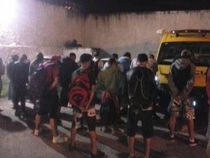 Operação da Polícia Miltiar prendeu 27 pessoas suspeitas de tráfico de drogas a caminho de festa rave (Foto: Divulgação/ PM-PR)