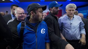 À gauche, l'ex-maire de Toronto Rob Ford, et à droite, le chef conservateur Stephen harper, lors d'un rassemblement à Toronto.