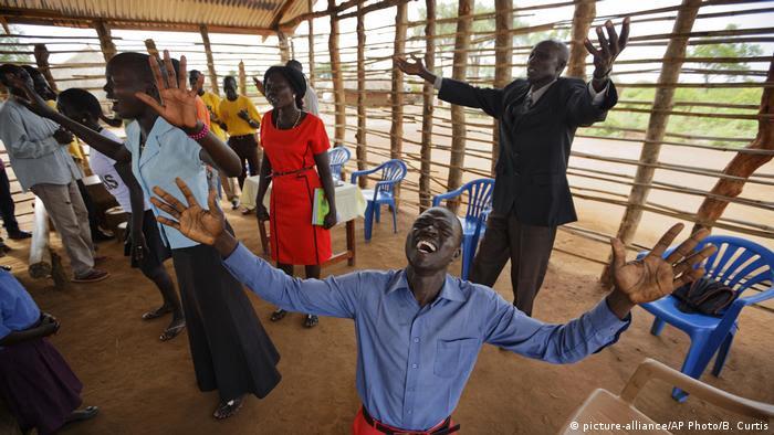 Pentecostalistas no sul do Sudão, levantando os braços em oração.  (foto-aliança / AP Photo / B. Curtis)