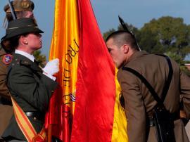 Alumno besa la Bandera en Cádiz