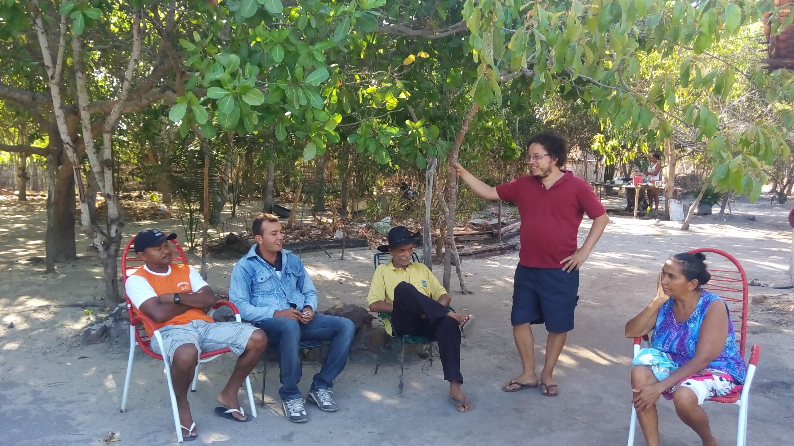 Mayron (camiseta vermelha) conversa com comunidade Matinha - Buriti - MA (Foto: acervo Fórum Carajás).