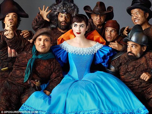 Imagem icônica: Lily posa como Branca de Neve em um vestido azul e branco com os sete anões
