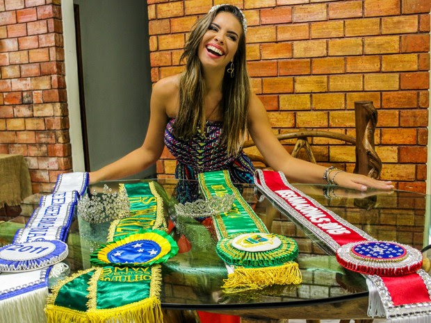 Carolina exibe títulos conquistados em quatro anos de participação em concursos (Foto: Jamile Alves/G1 AM)