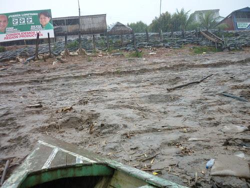 Un tobogan de boue pour acceder au bateau