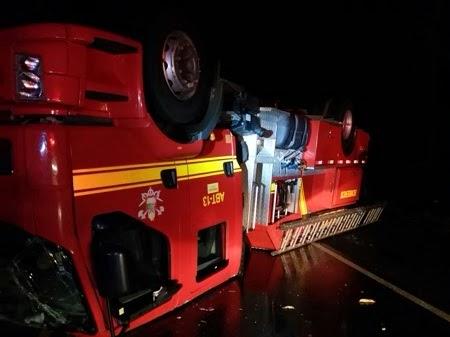 Viatura dos Bombeiros de Timon capota durante socorro às vitimas de acidente na BR 316