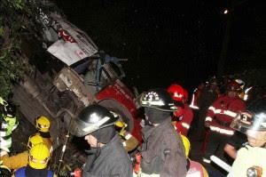 Vista de autoridades en el lugar de un accidente tras caer por un precipicio un autobús en el que viajaban aficionados de un equipo de fútbol, en la localidad de Tomé (Chile). Quince personas, entre ellos dos niños, murieron hoy y veintiuna resultaron heridas al salirse de la vía y caer por un precipicio este vehículo. EFE