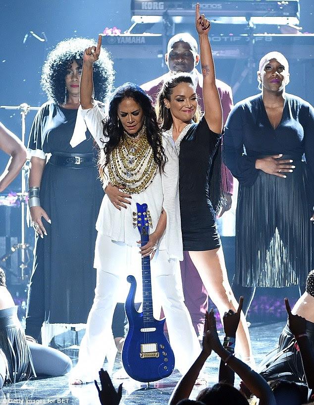 Em memória amorosa: ex-noiva do príncipe Sheila E. fechou o show com um medley de suas canções