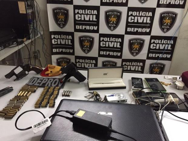 Armas, munições e celulares foram apreendidos com a dupla (Foto: Divulgação/Polícia Civil)
